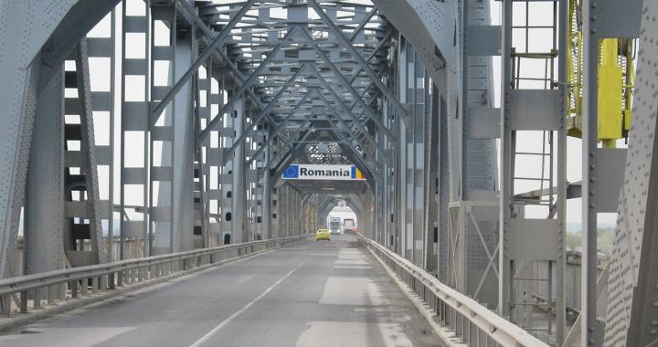 Danube Bridge pothole causes long lorry queues at Bulgarian ferry port