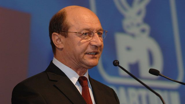 Basescu ever closer to the People's Movement, PDL takes distance from him