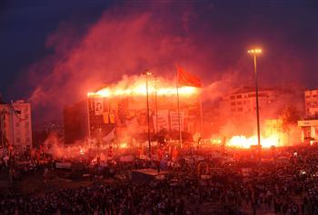 Team work of united ultras set Taksim 'on fire'