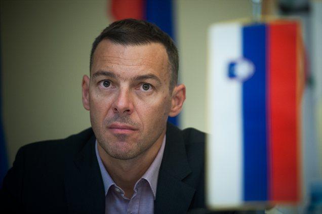 Slovenian FM survives no-confidence vote