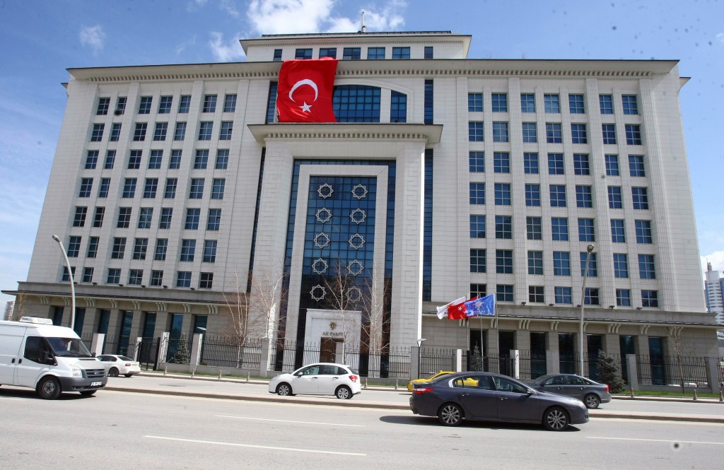 Suspected suicide bomber captured in front of Prime Ministry building in Ankara