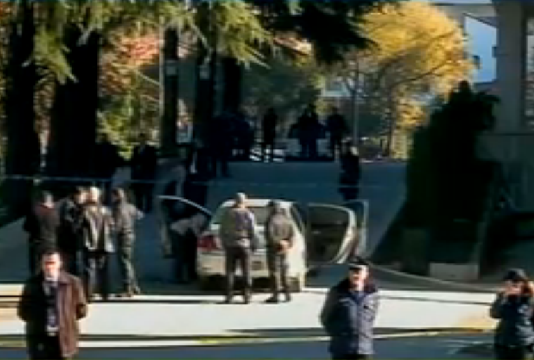 Vehicle of the prefect of Vlora attempts to enter the government building with C4 explosives in it