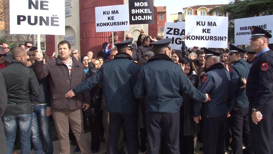 Laid off civil servants demand their reinstitution to work