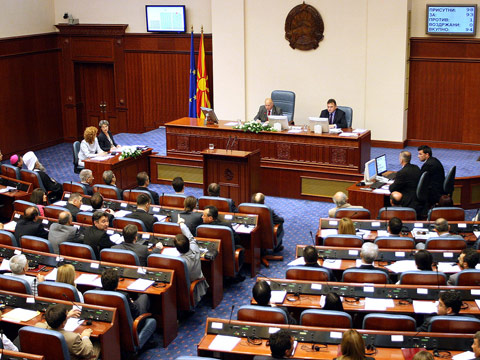 Opposition and analysts in Skopje comment the incentive for the dissolution of parliament