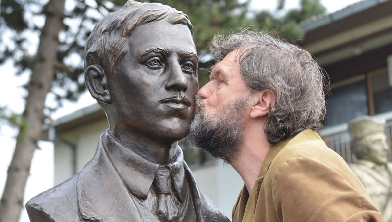 Kusturica reveals monument to Gavrilo Princip