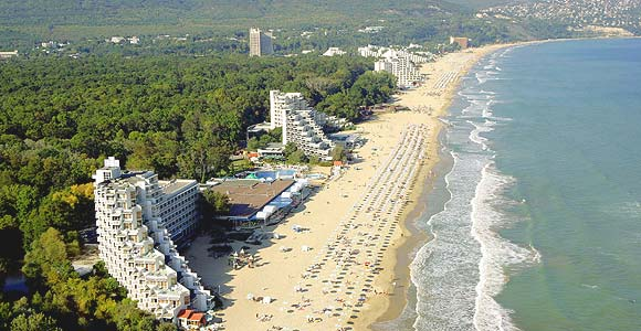 Bulgarian summer resorts hiring Bulgarians from other CEE countries to fill staff gaps
