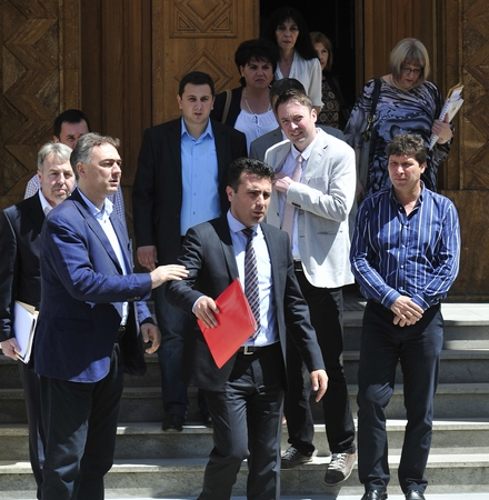 33 opposition MPs resign from their mandates