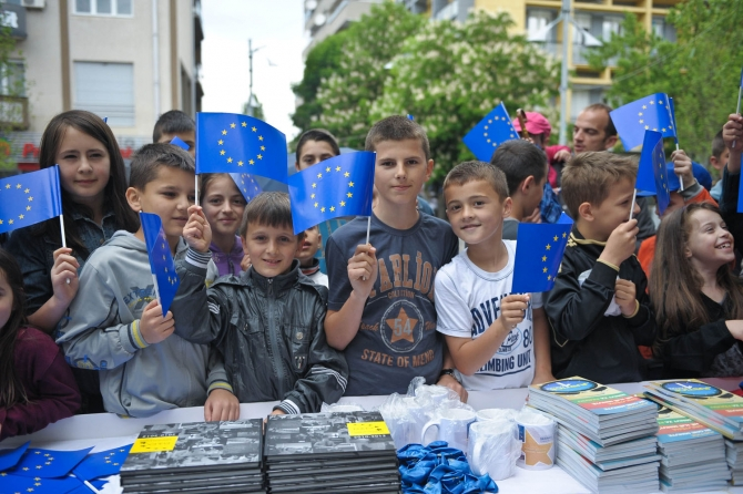 Kosovars celebrate European Day isolated and in poverty