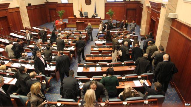 Macedonian opposition refuses the parliamentary mandates, debates in Skopje