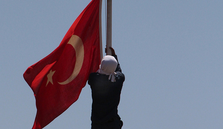 Police officer shot a Kurd who was lowering the turkish flag from a police station