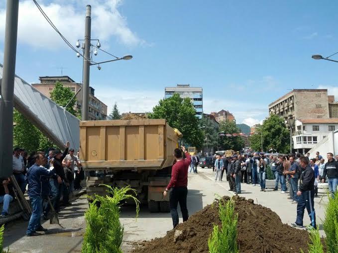 Barricade returns on the Iber river bridge in Mitrovica