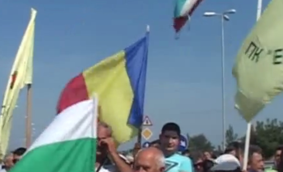 Bulgarians, Romanians join in protest at Danube Bridge 2 against tyre processing plant