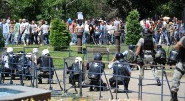 Police blocks the roads for Albanian protesters