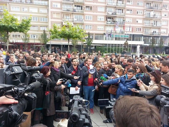 Journalists in protests against violence