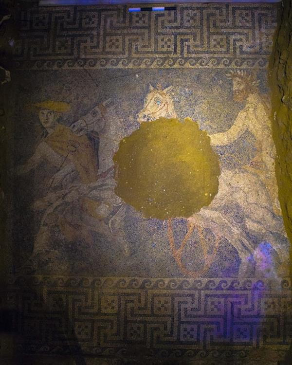 Archeologists' hoe reveals remarkable mosaics in the tomb of Amphipolis