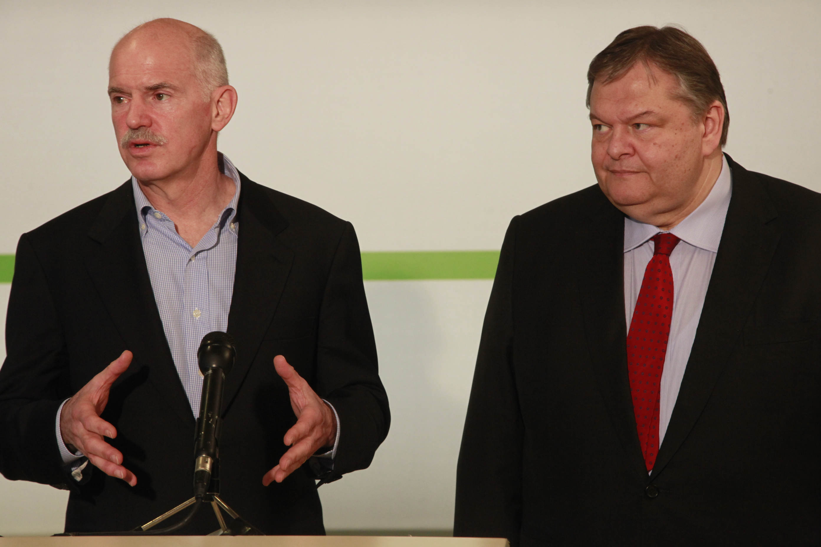 PASOK's future hangs in the balance as Venizelos holds talks with Papandreou