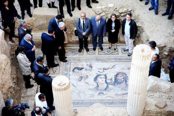 The mayor of Gaziantep steped on ancient mosaics of the greek and roman age wearing high heels