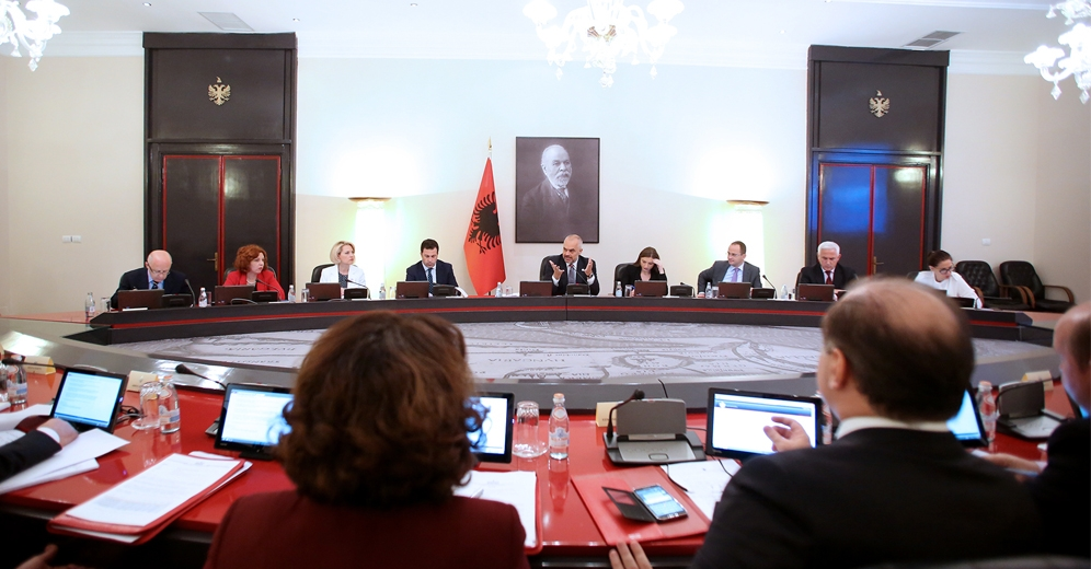 Albanian government submits the 2015 budget to parliament