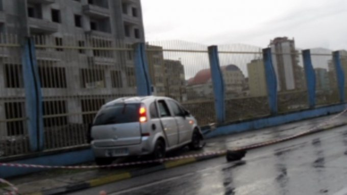 Bomb attack against a moving vehicle, warden of the Prison of Fushe Kruja wounded