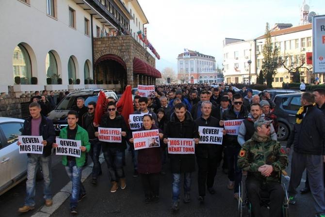 Protests against minister Jablanovic in several locations in Kosovo