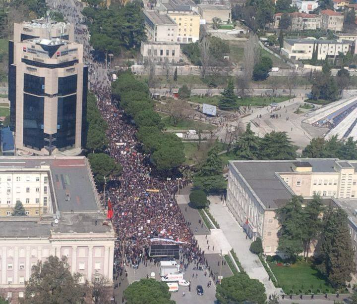 Opposition protests in the square, it demands the resignation of the head of the Government and Parliament