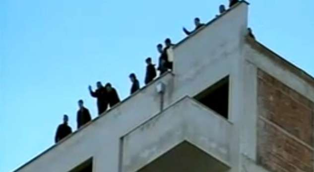Tirana, 20 people threaten that they will jump off a nine story building, problems with the construction company