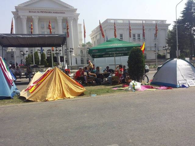 Political parties continue to set camp in front of institutions