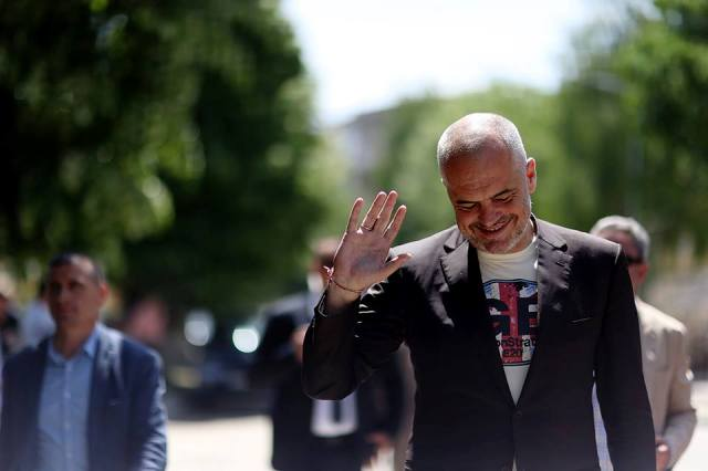 Albanian government uses its veto on Skopje's accession in the NATO