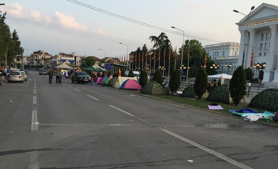 Opposition sets up tents on the square, Gruevski to hold a counter rally