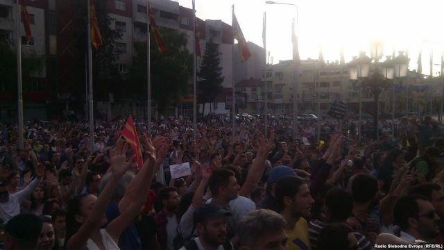 Massive protest in front of the government building, citizens demand PM Gruevski's resignation