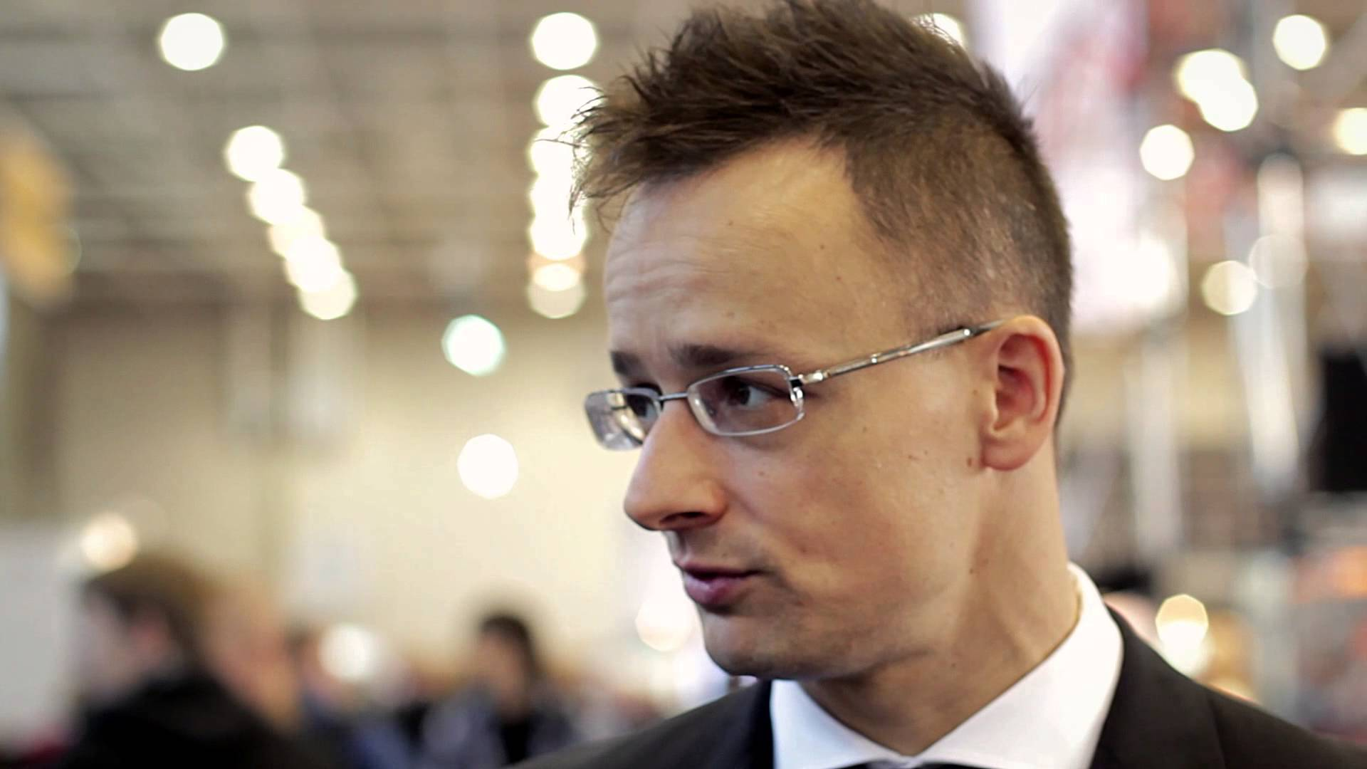 Hungary insist on border fence with Serbia