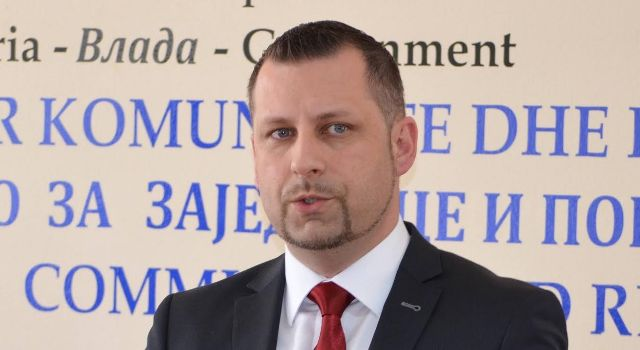 Serbs demand the use of the Serb language in all institutions.