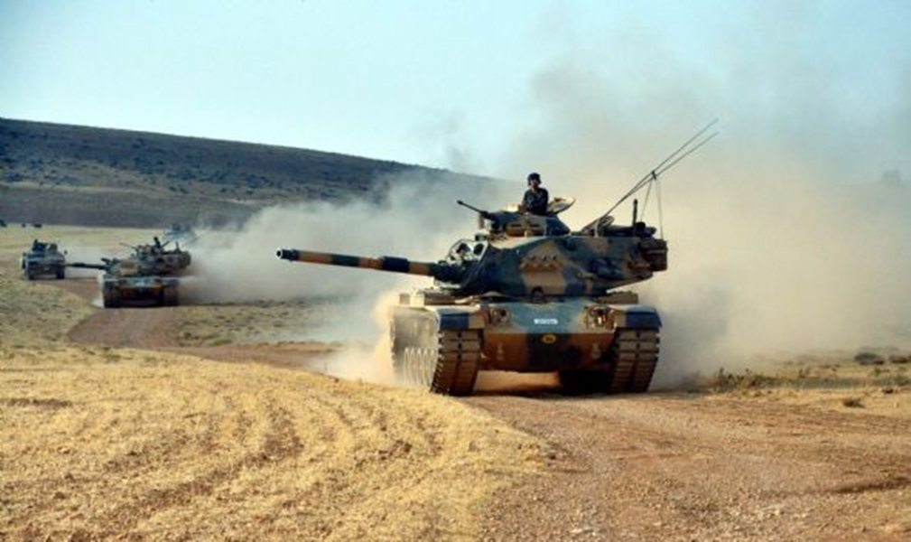 Turkey sends military units to the borders with Syria