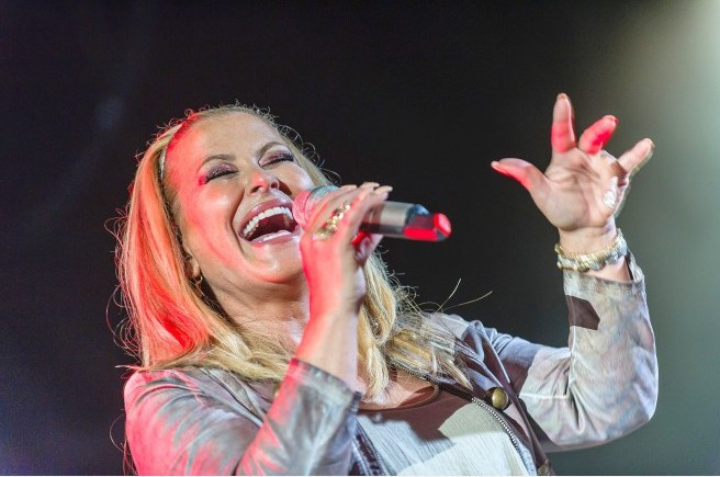 Notable singer Anastacia in Tirana to offer a message for the fight against cancer