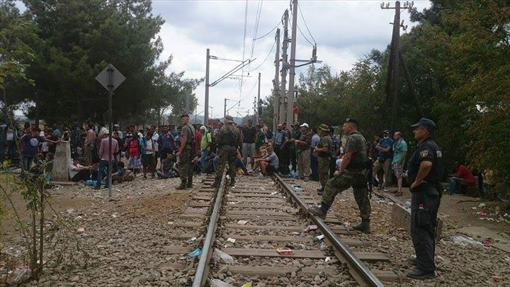 Emigrants block the railway, authorities do not allow them to get in FYROM