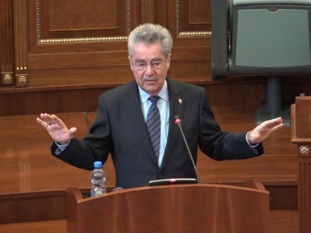 Austrian president brings back normality to the parliament of Kosovo