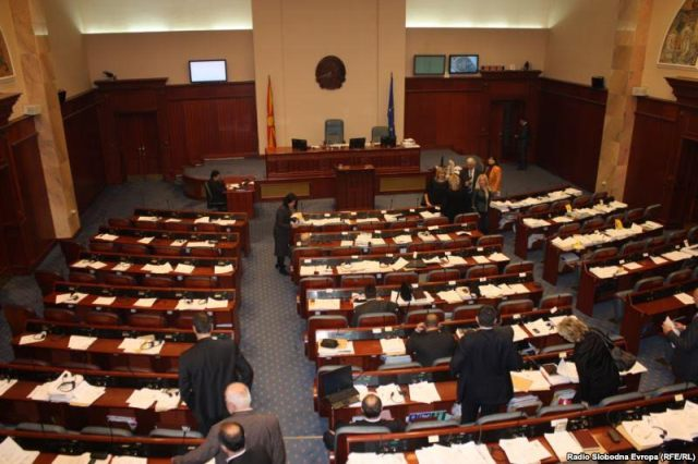Debate on the budget, parties launch political and ethnic accusations