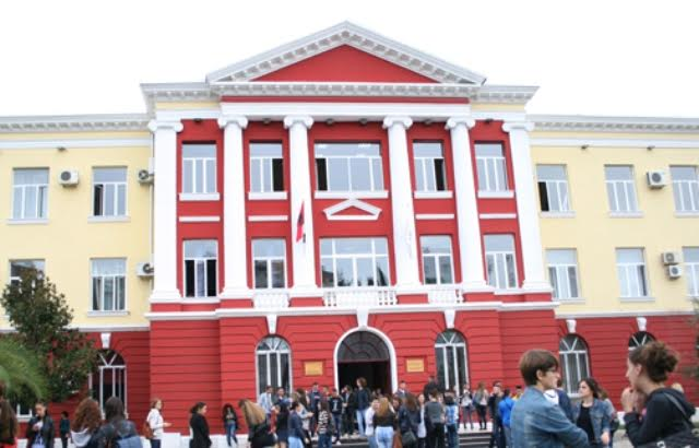 Albania, 30 thousand boys and girls enter university auditoriums for the first time