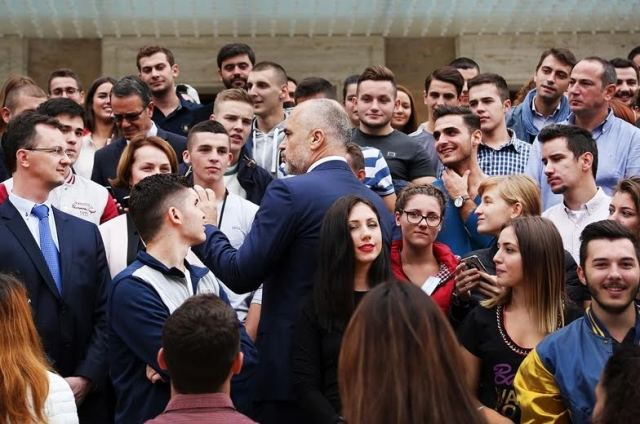 "Rama ""advises"" Serb students: Speak well of Albania in Serbia"