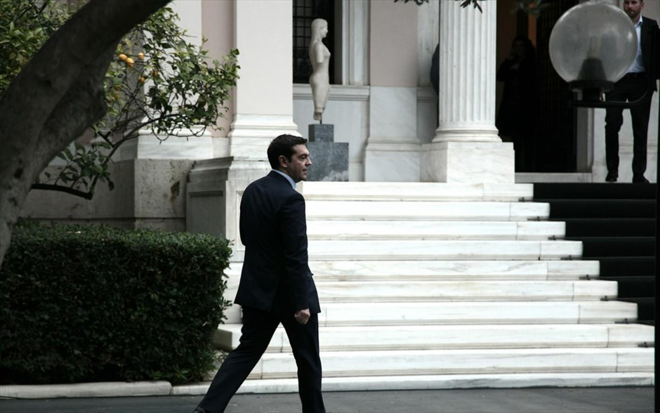 Tsipras contemplates convening the council of political leaders