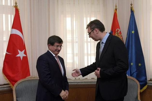 Davutoglu in Belgrade, praises Serbian leadership
