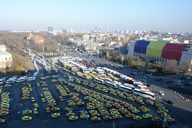 Romanian hauliers honk their demands outside Government's headquarters