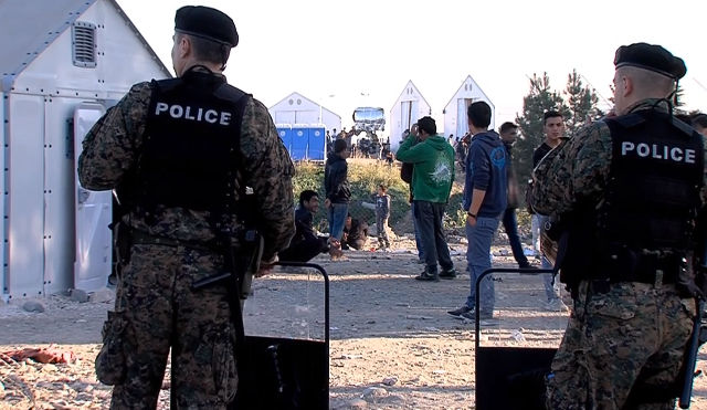 Foreign police on the border in FYROM to control the wave of refugees