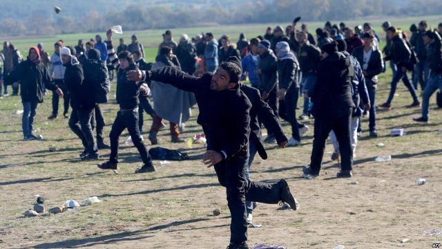 Tension on the border, police uses teargas against refugees
