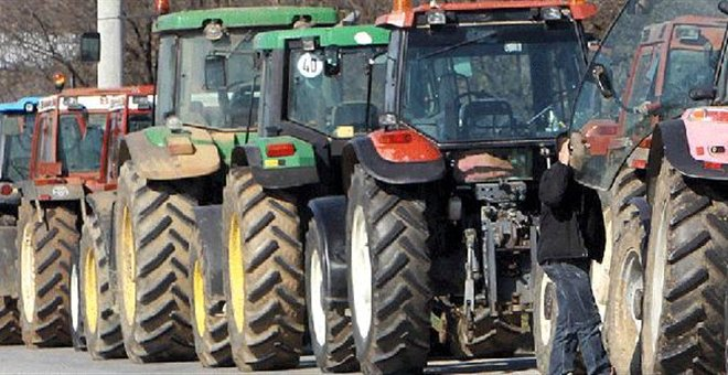 Farmers return to road blocks as government looks for way out of crisis