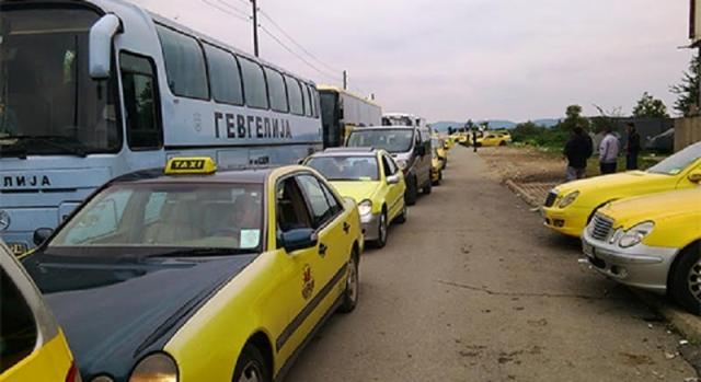Cabs and buses block the border with Greece