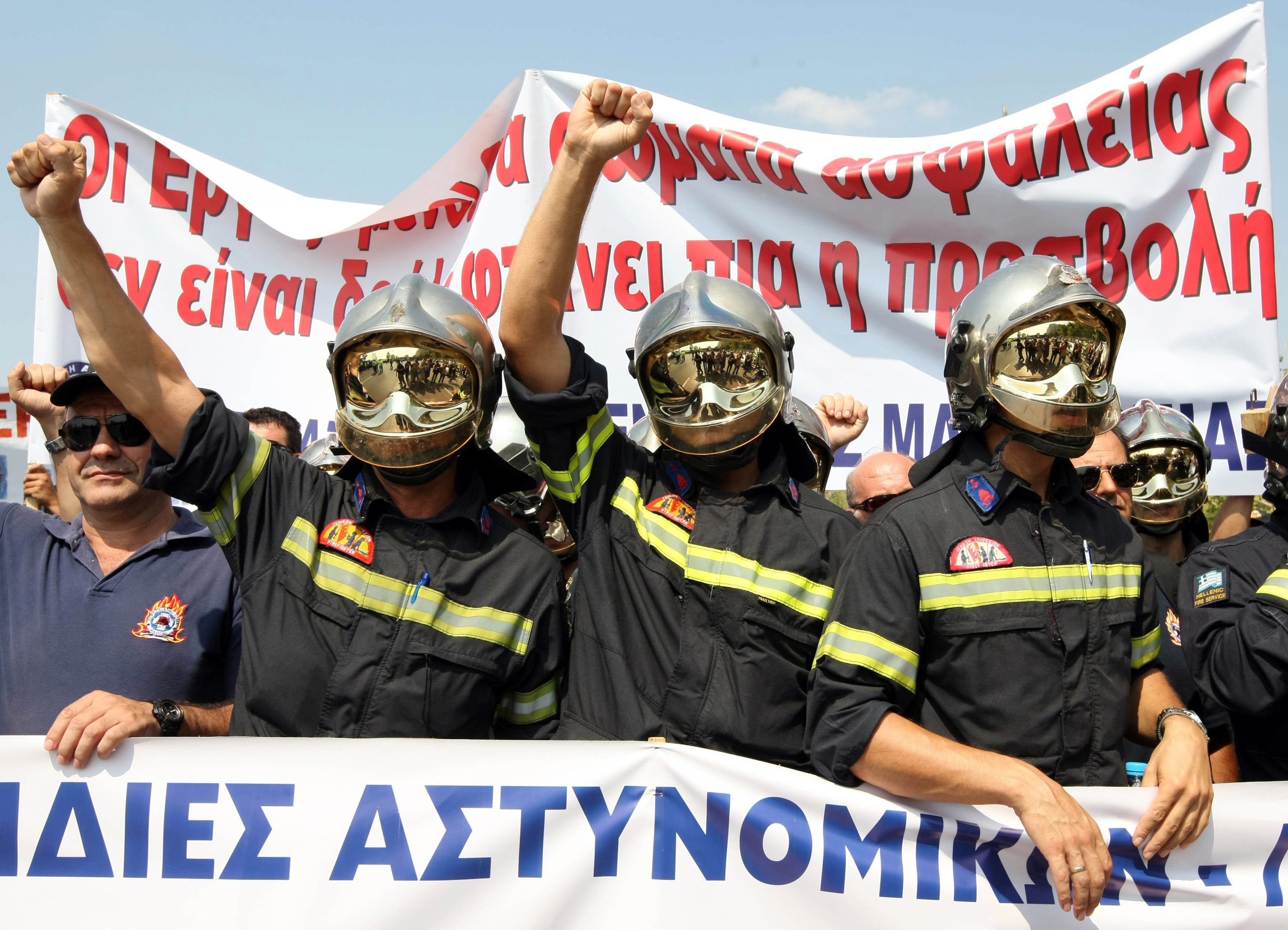 2,500policemen and firemen rallied against the social security bill