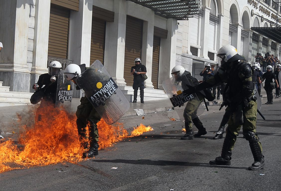 50.000 people demonstrated in Athens, but fire bombs and tear gas ended their rally