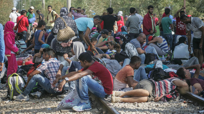 7,000 refugees line up at the border