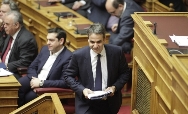 Mitsotakis urges Tsipras to resign and call an early election